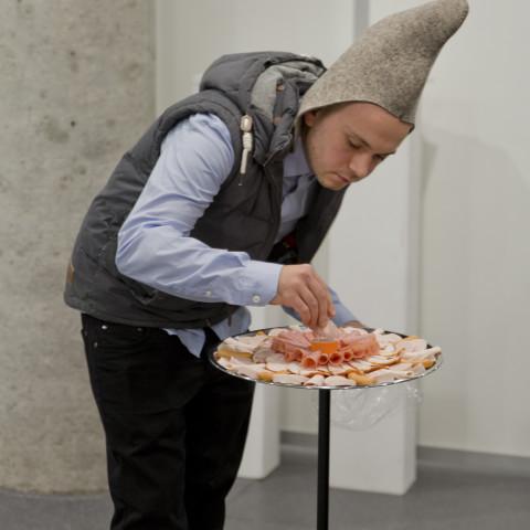 Institutsdirektor Richter stellt das Wurstmandala scharf © Institut Avaroid / fotoschorsch