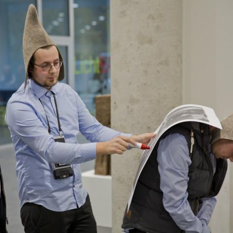 Die Direktoren erklären mit vollem Einsatz die Schwingungsmusterbildung im Fixationsprozess © Institut Avaroid / fotoschorsch