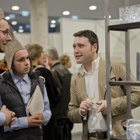 Gespräch mit interessiertem Besucher über die Vision einer avaritenfreien Welt © Institut Avaroid / Anna Bläser